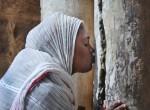 Иерусалим. Паломники ЭПЦ у колонны схождения Благодатного Огня.