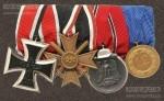 Денацифицированная колодка немецкого ветерана Второй мировой войны, изготовленная после 1957 года. Все награды на колодке (Железный крест 2-го класса, Крест военных заслуг 2-го класса с мечами, медаль «За зимнюю кампанию на Востоке 1941/42» и медаль за 12 лет выслуги в Вермахте) лишены изображения свастики