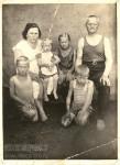 1. 22 июня 1941 г. Прабабушка Настя с дочерью Валей, племянницей Тамарой, сыновьями Сашей и Володей, и отцом Степаном Алексеевичем