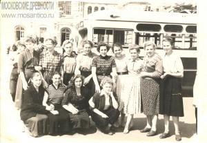 7. Москва, Рижский вокзал, 10 июля 1957 г. Отъезд на целину. Моя бабушка-крайняя справа в нижнем ряду