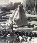 Памятник императору Александру III с покрывалом перед открытием