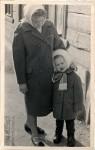 7. Бабушка с моей мамой. 1960-е. Деревянное строение в Больничном переулке