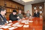 Художница Люся Воронова гасит немаркированные почтовые карточки
