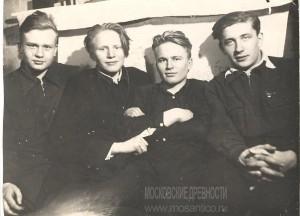 13. В центре справа - Саша, слева - Володя, с друзьями