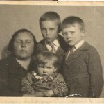 1. Прабабушка Анастасия Степановна с детьми Сашей, Володей и Валентиной. Накануне войны.