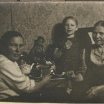 2. Так выгляел послевоенный обед в московской семье. Прабабушка Настя, бабушка Валя, прапрабабушка Татьяна.