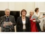 Президент Российской академии художеств Зураб Церетели одевает мантию академика на ведущего художника ИФЗ, Заслуженного художника РФ Татьяну Афанасьеву