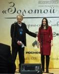 Поэт Владимир Андреевич Костров награждает Анну Федорец