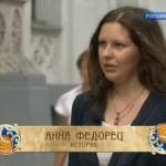 Анна Федорец во время интервью для фильма «Пряничный домик. Гуляй, ярмарка!» на Никольской улице Москвы