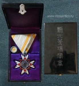 Знак ордена Священного сокровища VI степени с фрачной розеткой в лакированной коробке