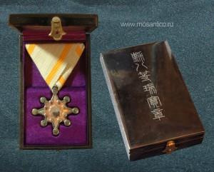 Знак ордена Священного сокровища VIII степени в лакированной коробке