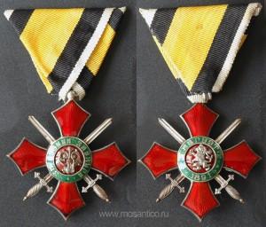Знак ордена «За военные заслуги» (болг. Орден «За военна заслуга») V степени (кавалерский крест) без короны.