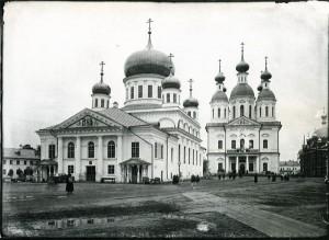 Саровский мужской монастырь. Общий вид на Успенский собор и храм св. Серафима Саровского. Фото 1904 года