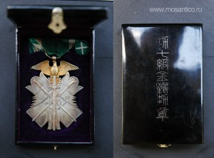 Японская империя. Знак ордена Золотого коршуна VII степени с фрачной розеткой в оригинальной лакированной коробке. Тип 1938—1945