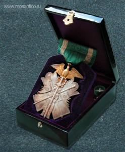 Японская империя. Знак ордена Золотого коршуна VII степени с фрачной розеткой в оригинальной лакированной коробке. Вторая Мировая война (тип 1938—1945)