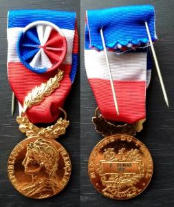 Золотая почётная Медаль Труда (фр. Médaille d'Honneur du Travail) за 35 лет службы, вручённая Ж. Дюма (G. Dumas). 2001