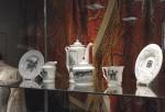 Витрина с предметами фарфорового сервиза М. Тренихина «Грузинский дневник» (ИФЗ, 2015)