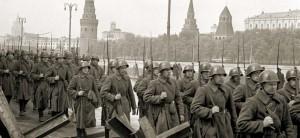 Бойцы РККА идут на фронт вдоль набережной Москва-реки. Оборона Москвы, 1941