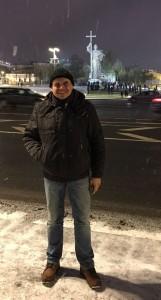 руководитель проекта FALERISTIKA.info Алексей Сидельников на фоне памятника св. Владимиру